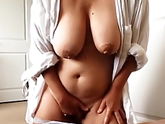 Amateur woman with regard to massive XXX melons masturbates pussy on cam
